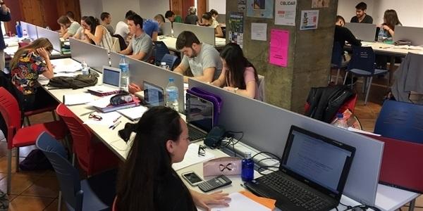 La biblioteca amplia horari per a preparar exàmens