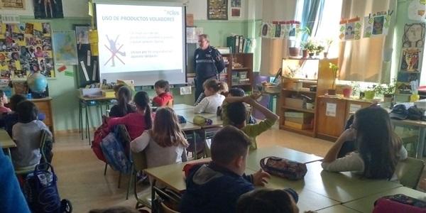 La policia local forma als escolars sobre l'ús responsable de la pirotècnia