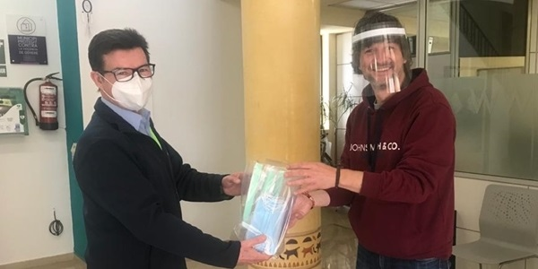 L'Ajuntament reparteix pantalles de protecció facial entre el comerç local
