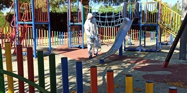 Desinfecció de jocs infantils i altres zones comuns abans de la reobertura