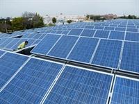 plaques solars al sostre de la piscina coberta