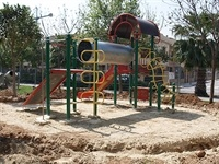 Instal·lació de paviment de seguretat sota els Jocs Infantils dels parcs municipals 11